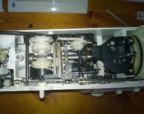 Разобранная сверху швейная машина